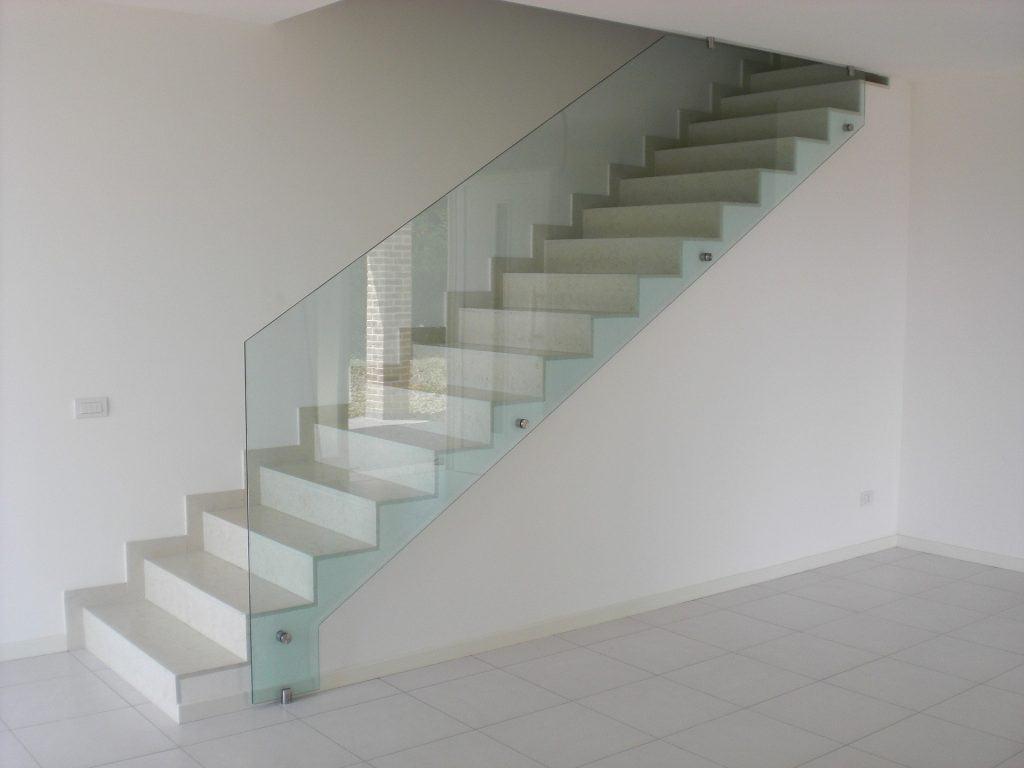Czy szkło hartowane jest odpowiednim materiałem na balustrady?